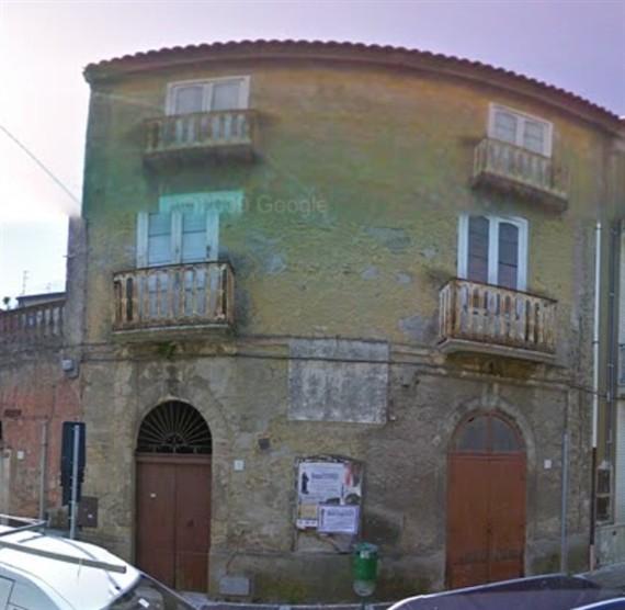 Solopaca palazzo d'epoca con locale.